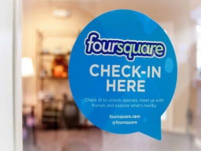 FourSquare ya incluye los horarios de los establecimientos