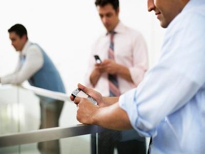 Un 10% de españoles ha usado el móvil en horario laboral para buscar pareja