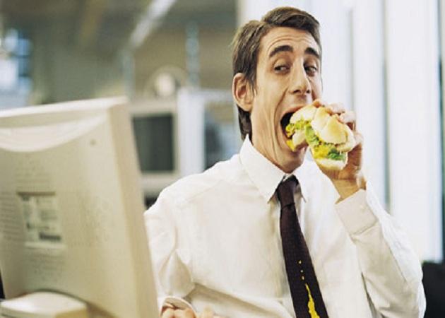 Comer fuera de casa por el trabajo cuesta más de 200 euros al mes