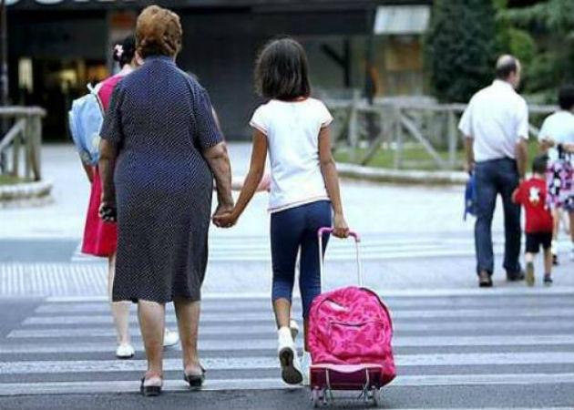 Un millón y medio de mayores de 65 años ayuda con dinero a sus familiares