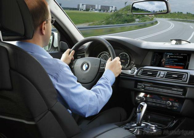 Integrar asistentes de voz en automóviles permite usar el móvil sin riesgo al volante