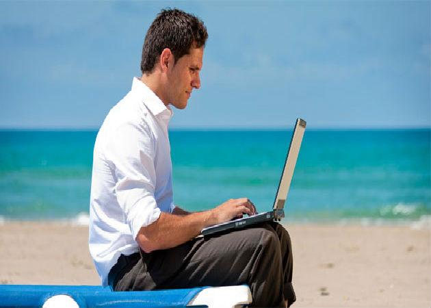 Los españoles le dedicarán entre una y tres horas al trabajo durante sus vacaciones