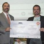 Gustavo de Porcellinis (Director comercial de Total Publishing) entrega el segundo premio a Sivarit