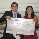 Fernando Claver (Director Total Publishing) entrega el primer premio a Wonnova