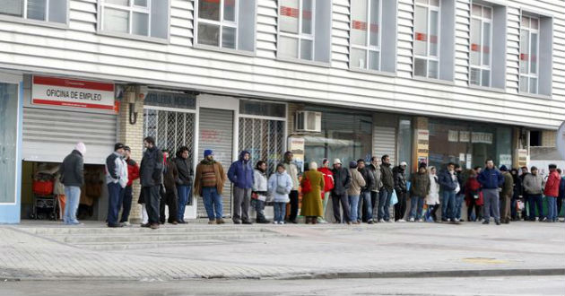 Una de cada dos personas que abandonan el paro en la zona euro lo hace en España