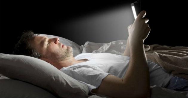¿Tienes insomnio? El problema puede ser Facebook