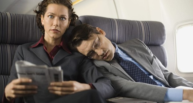 """Quince hábitos por los que """"matarías"""" a tu compañero de vuelo"""