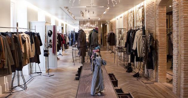 Adolfo dom nguez se reinventa con un innovador concepto de for Tiendas adolfo dominguez valencia