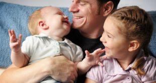 Padre cuidando de sus hijos