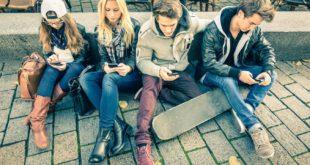 Jóvenes usando smartphone