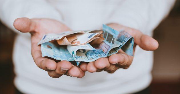 Los españoles piden prestado 2.400 euros para abonar recibos pendientes