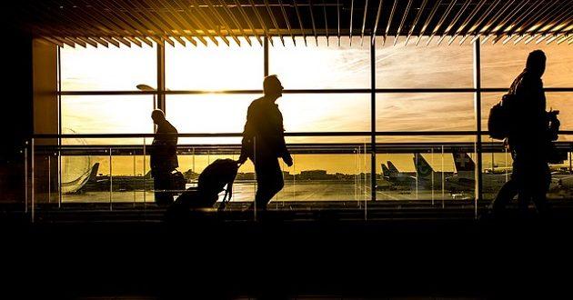 Las españolas viajan más que ellos, pero gastan algo menos, según un estudio