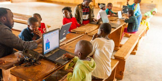 Wayra y ProFuturo reconocen la labor de dos startups que llevan electricidad y WiFi a aldeas remotas